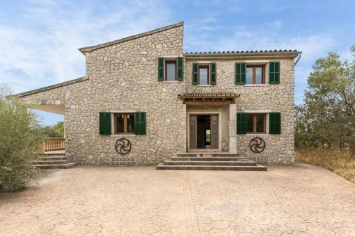 Finca reformada con fachada de piedra, terreno grande y piscina cerca de Binissalem