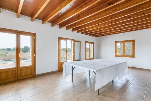 Gran sala de estar con acceso a la terraza