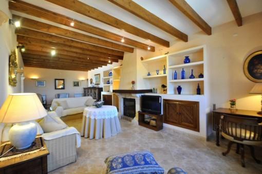 Acogedora sala de estar con vigas de madera