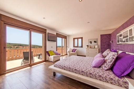 Dormitorio con ventanas panorámicas y balcón