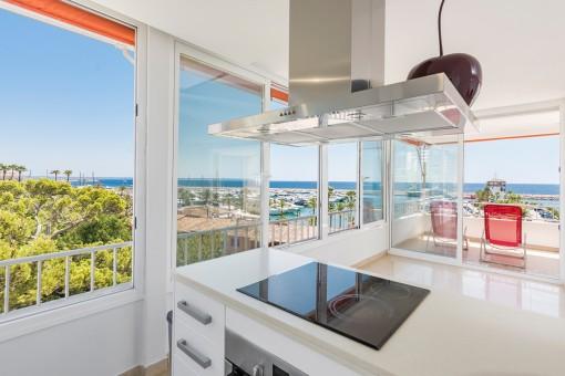 Cocina moderna con vistas al mar