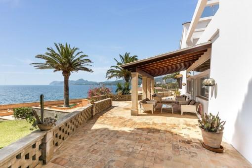 Terraza hermosa con muebles de alta calidad