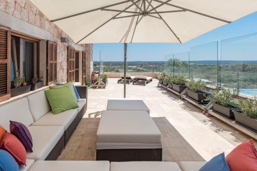 Sala de estar con vistas impresionantes a la piscina