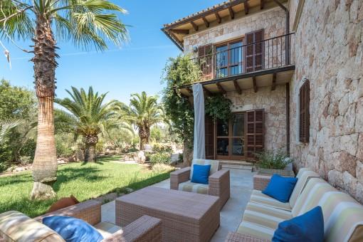 Otra terraza de la finca con muebles de salón