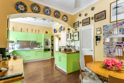 Cocina espaciosa con comedor