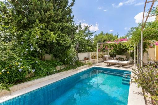 Idílica zona de piscina con terraza