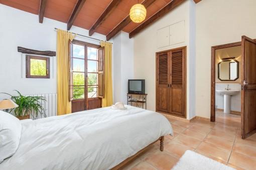 Otro dormitorio con baño en suite