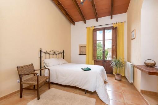 Dormitorio cómodo con cama doble