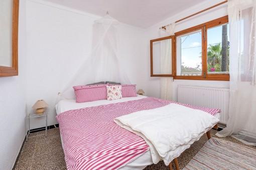 Dormitorio confortable con cama doble