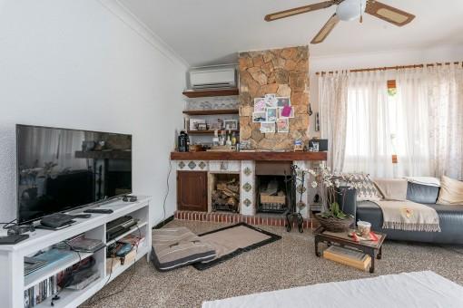 Sala de estar acogedora con chimenea para los días más fríos