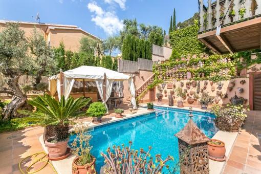 Hermosa zona exterior con piscina