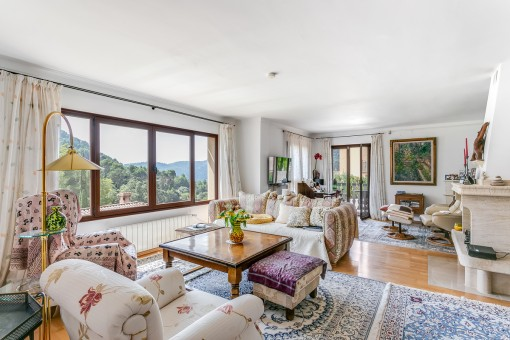 Sala de estar con ventana panorámica