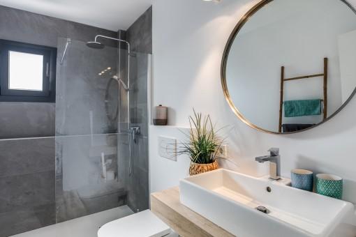Baño elegante con ducha a nivel del suelo