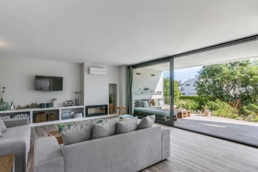 Sala de estar espasciosa con chimenea