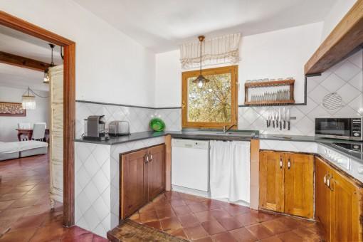 Cocina original y amable con muebles de madera