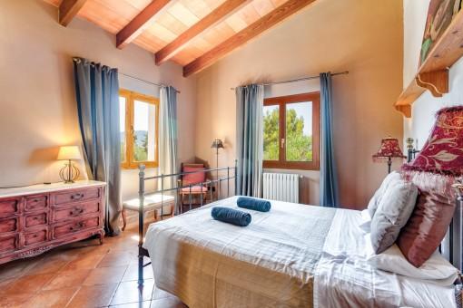 Dormitorio luminoso con cama matrimonial