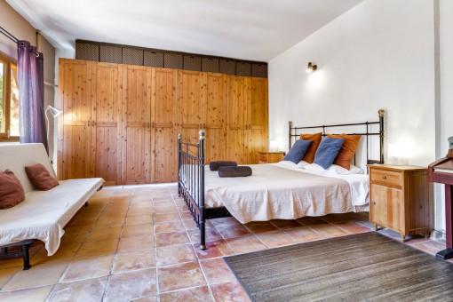 Dormitorio bonito con armario empotrado