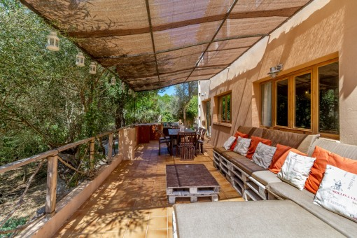 Terraza espaciosa con cómoda zona de relax