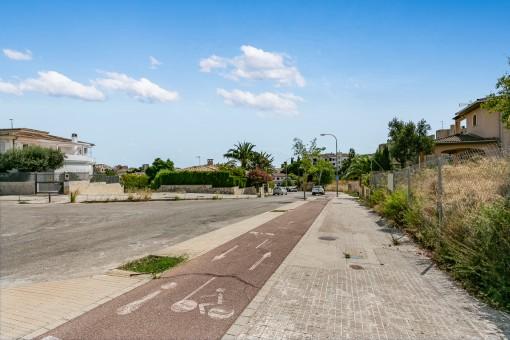 Un carril bici está delante de la parcela
