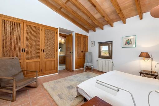 Dormitorio atractivo con armario empotado