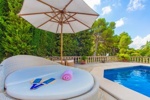 Cómoda zona de relax al lado de la piscina