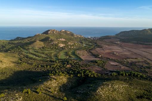 Precioso terreno de 92.450 metros cuadrados con vistas al mar junto al campo de golf en Canyamel