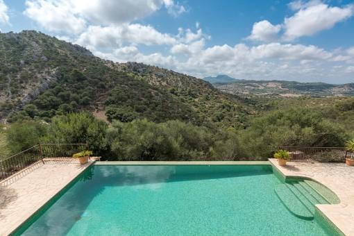 Amplia zona de piscina con impresionantes vistas a la montaña