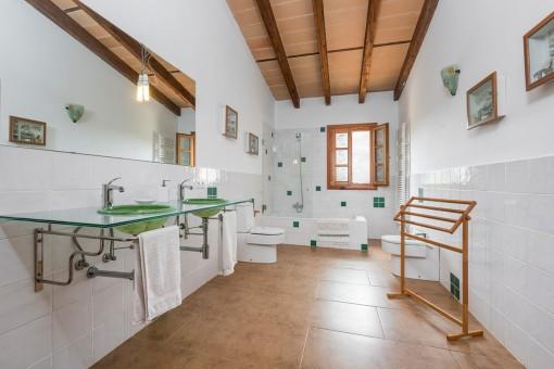 Baño luminoso con lavabo doble y ventana