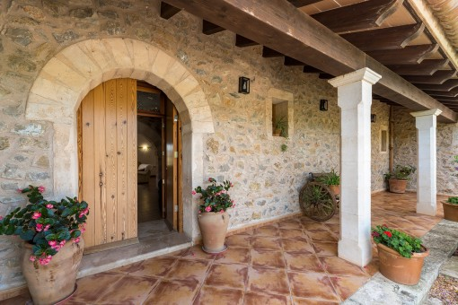 Entrada de la finca con fachada de piedra