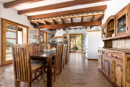 Rústico comedor con encantadores muebles de madera