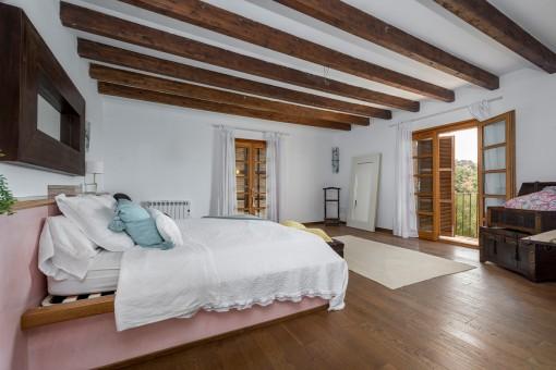 Precioso dormitorio con vigas de madera