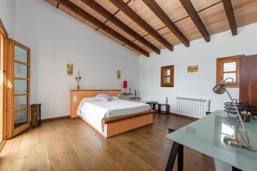 Dormitorio abierto y amable con cama matrimonial