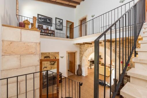 Escalera del piso superior con galería
