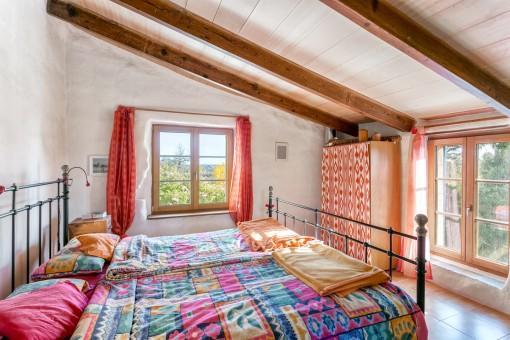 Hermoso dormitorio con cama matrimonial