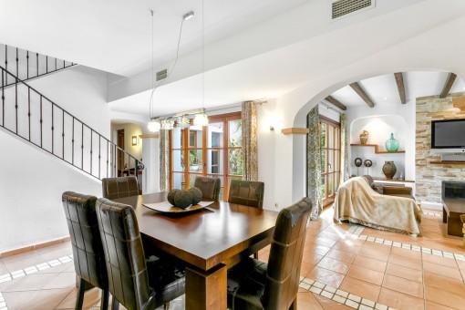 La casa luminosa ofrece un ambiente de bienestar