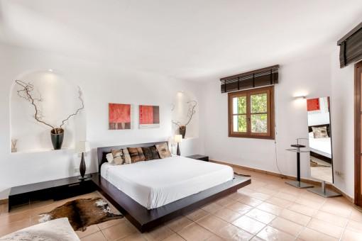 Dormitorio espacioso con terraza