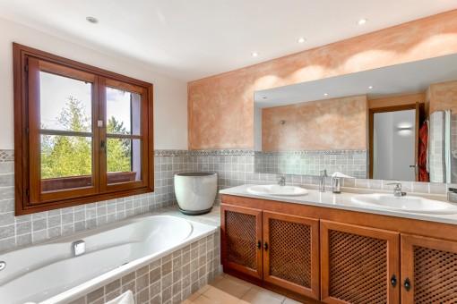 Baño agradable con luz natural