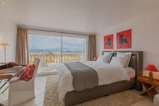 Dormitorio con balcón privado