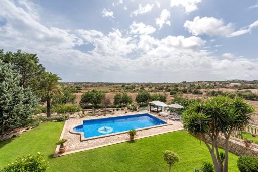 Área de piscina fantástica con hamacas cómodas
