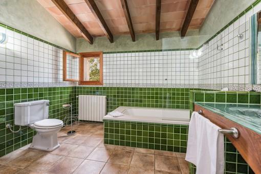 El baño más espacioso con bañera y lavabo doble