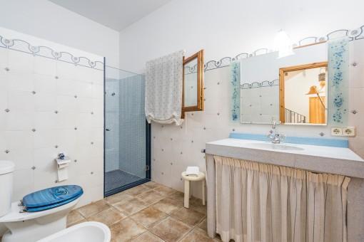 Uno des los 4 baños con ducha