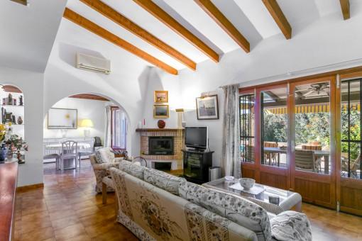 Sala de estar con chimenea y acceso a la terraza