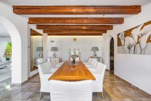 Salón-comedor elegante con vigas de madera