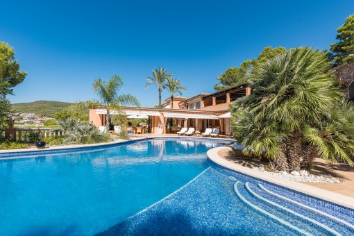 Vista de la piscina y propiedad