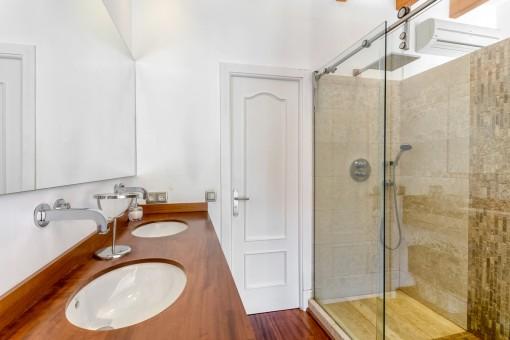 Moderno baño con ducha