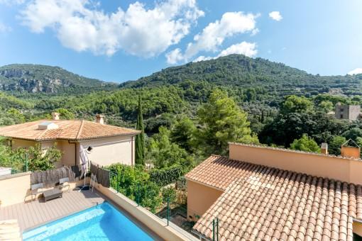 La casa tiene una terraza con piscina magnífica