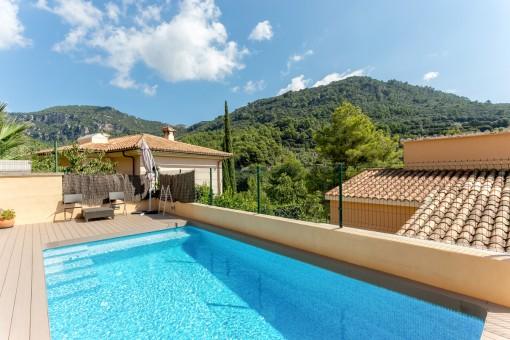 Idílica área de piscina en la terraza