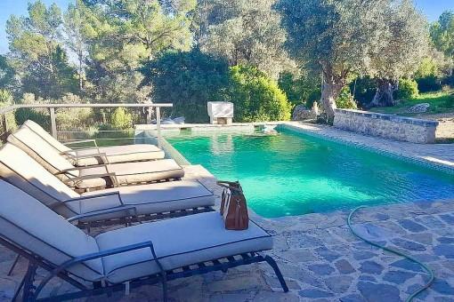 Espaciosa área de piscina con hamacas
