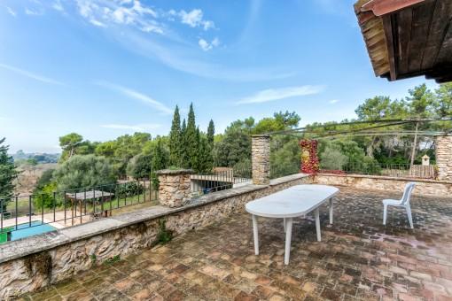 Amplia terraza con vistas a la piscina