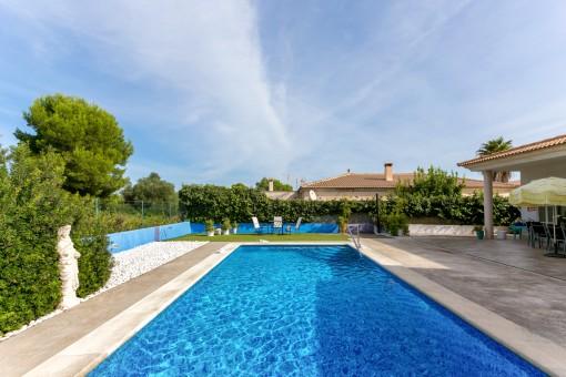 Chalet moderno con piscina y terreno extra grande en Son Serra de Marina con vistas a un bosque de pinos